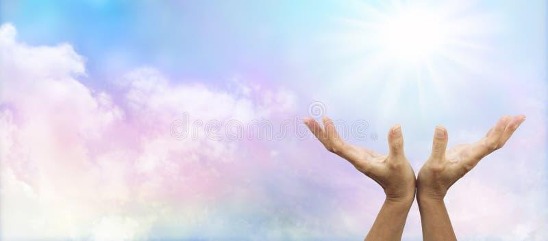 Mains curatives tendues vers le soleil photographie stock libre de droits