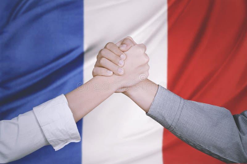 Mains d'équipe d'affaires avec le drapeau français images libres de droits