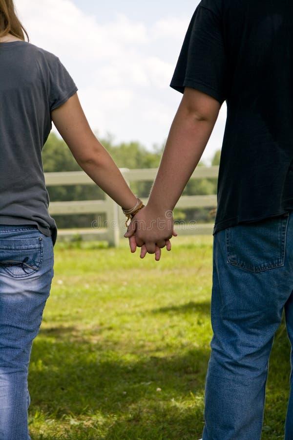 Mains d'adolescent de fixation de couples, amour d'été photos stock