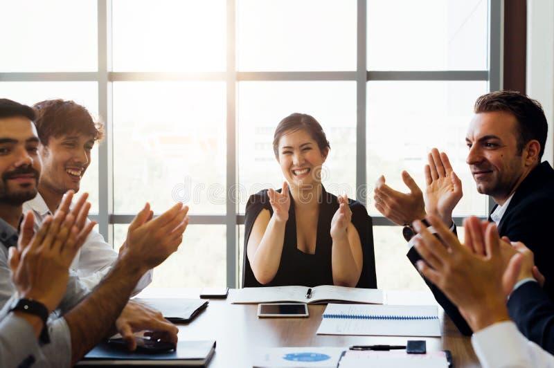 Mains d'applaudissements d'hommes d'affaires et applaudir en se réunissant photos libres de droits