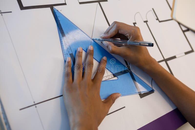 Mains d'architecte féminin travaillant au croquis de mise au point photo stock