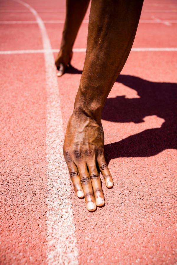 Mains d'athlète sur une ligne de départ image libre de droits