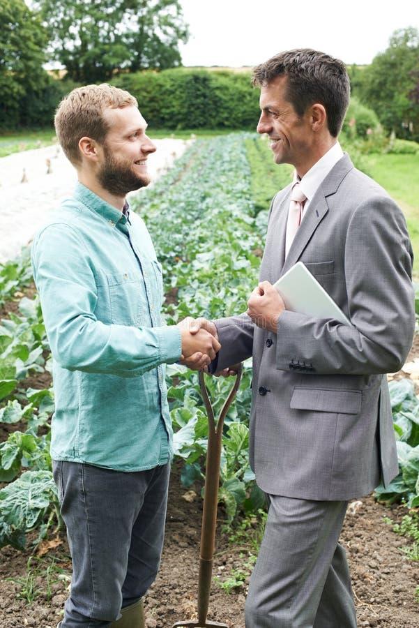 Mains d'And Businessman Shaking d'agriculteur image libre de droits