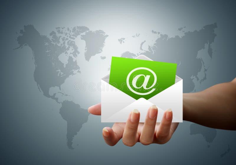 Mains d'email de lettre d'enveloppe des femmes illustration de vecteur