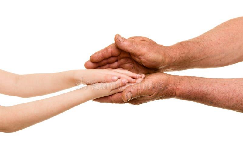 Mains d'enfant et de vieil homme photo libre de droits