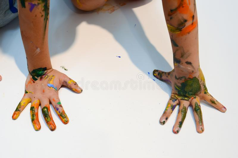 Mains d'enfants avec la peinture colorée image stock