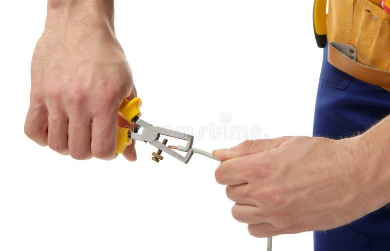 Mains d'extrémité de dépouillement d'électricien de fil photographie stock libre de droits