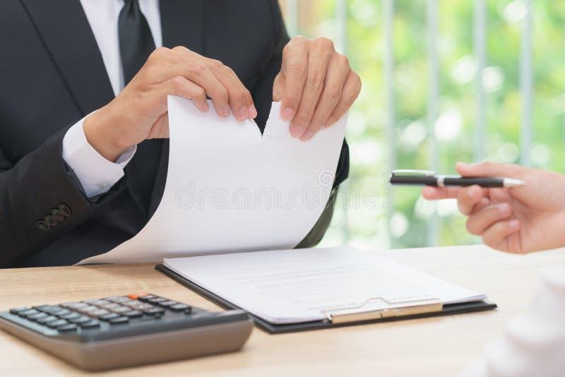 Mains d'homme d'affaires déchirant le papier d'accord quand femme donnant a images libres de droits