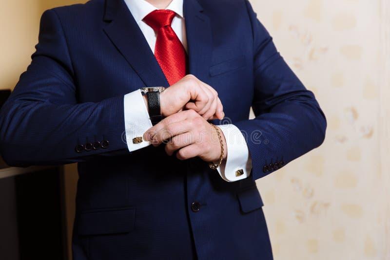 Mains d'homme d'affaires avec des boutons de manchette et des horloges Clother élégant de monsieur image stock