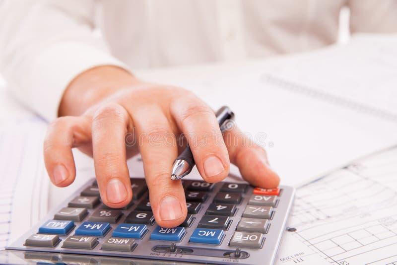 Mains d'homme d'affaires avec la calculatrice photo libre de droits
