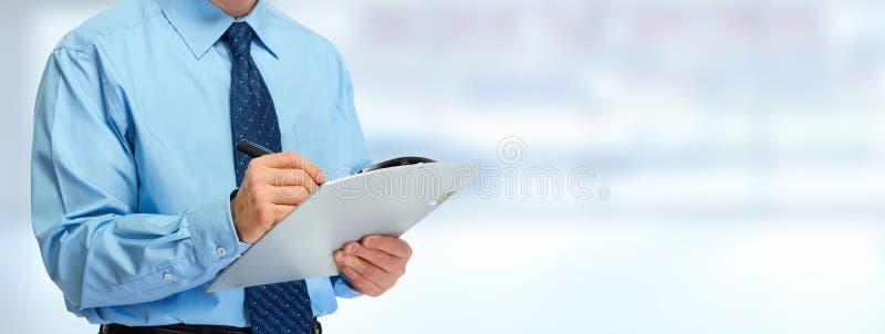 Mains d'homme d'affaires avec le presse-papiers images stock