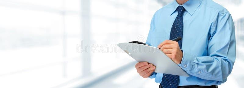 Mains d'homme d'affaires avec le presse-papiers image stock