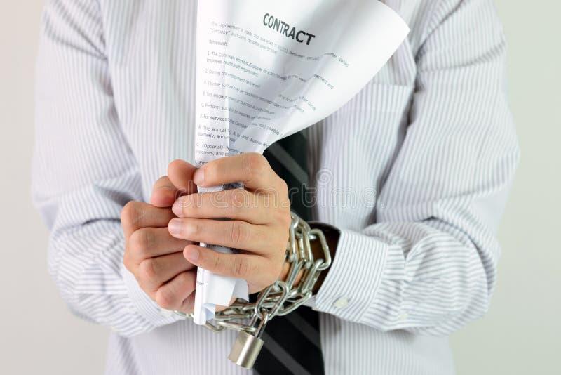 Mains d'homme d'affaires avec les chaînes et le contrat images libres de droits