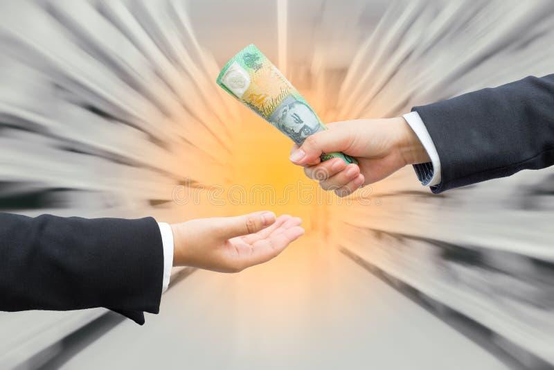 Mains d'homme d'affaires passant le dollar australien photos libres de droits