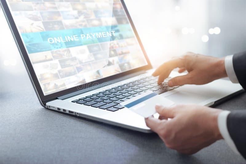 Mains d'homme d'affaires tenant la carte de crédit et à l'aide de l'ordinateur portable, onlin photo stock