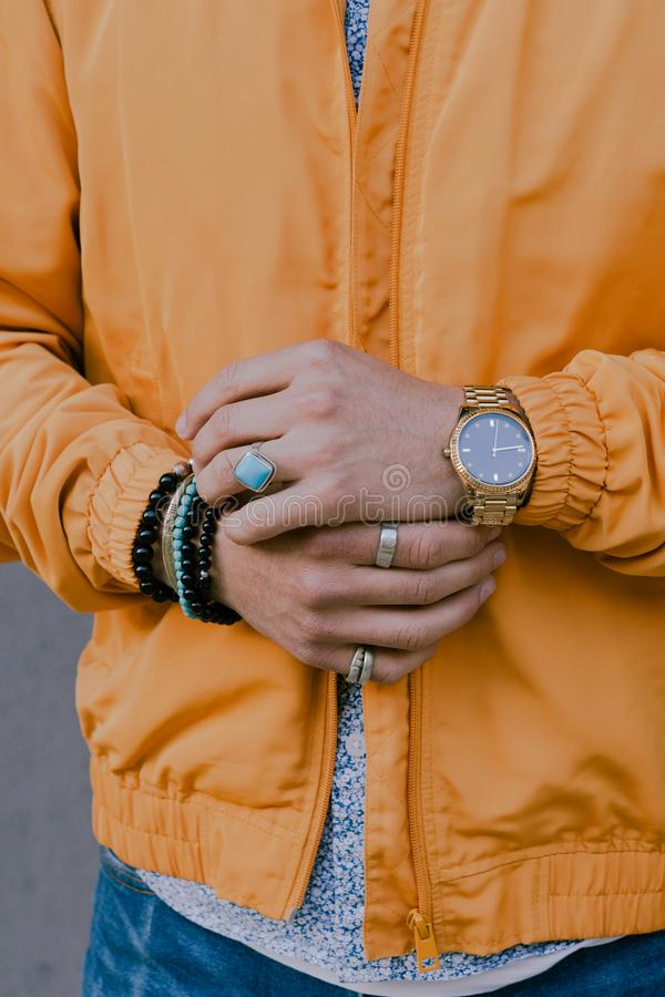 Mains d'homme montrant des bijoux photographie stock libre de droits