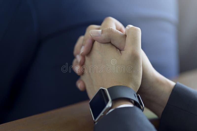 Mains d'homme priant sur une Sainte Bible dans l'église pour le concept de foi, la spiritualité et la religion chrétienne photo libre de droits