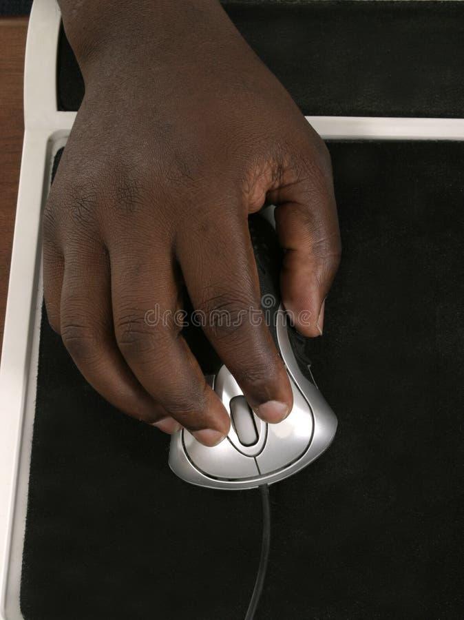 Mains d'homme sur la souris 2 d'ordinateur photographie stock libre de droits
