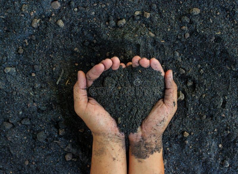Mains d'homme sur le fond de sol photos libres de droits