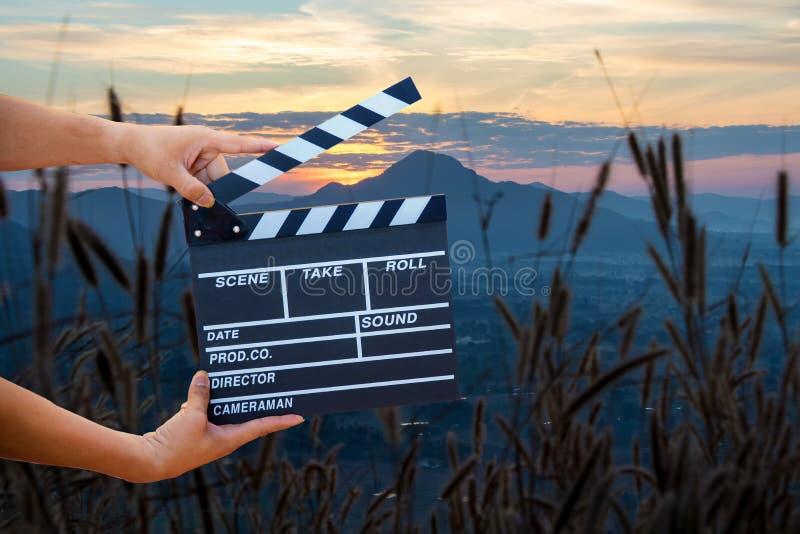 Mains d'homme tenant le clapet de film Concept de réalisateur photo libre de droits