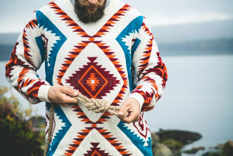 Mains d'homme tenant le mode de vie de voyage de noeud de corde photo libre de droits