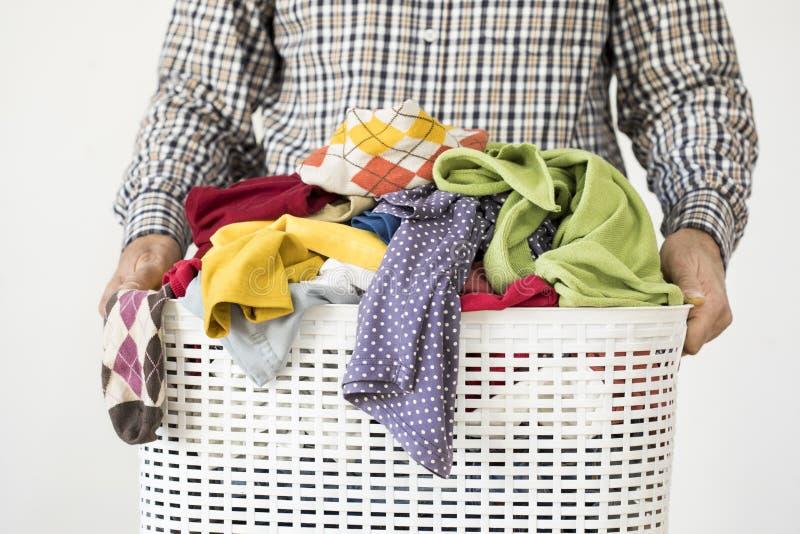 Mains d'homme tenant le panier de blanchisserie photos stock