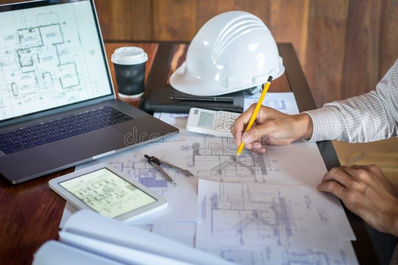 Mains d'ing?nierie ou d'architecte de construction travaillant ? l'inspection de mod?le dans le lieu de travail, tout en v?rifian photos libres de droits