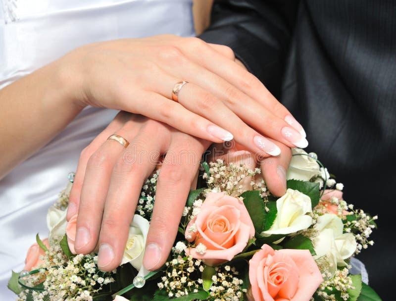 Mains d'un couple neuf-marié images libres de droits