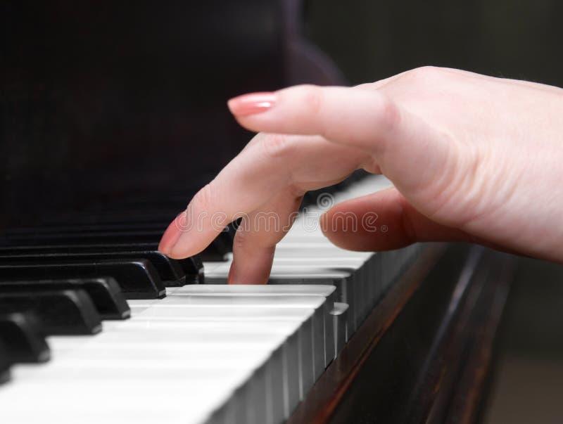 Mains d'un joueur de piano image stock