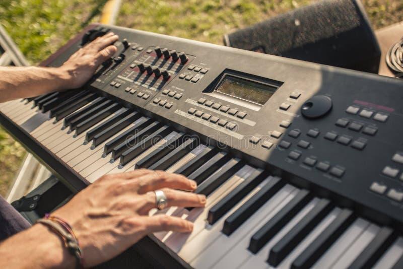 Mains d'un musicien jouer le clavier 2 image libre de droits