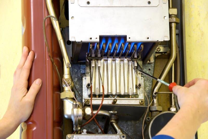 Mains d'un plombier photo libre de droits