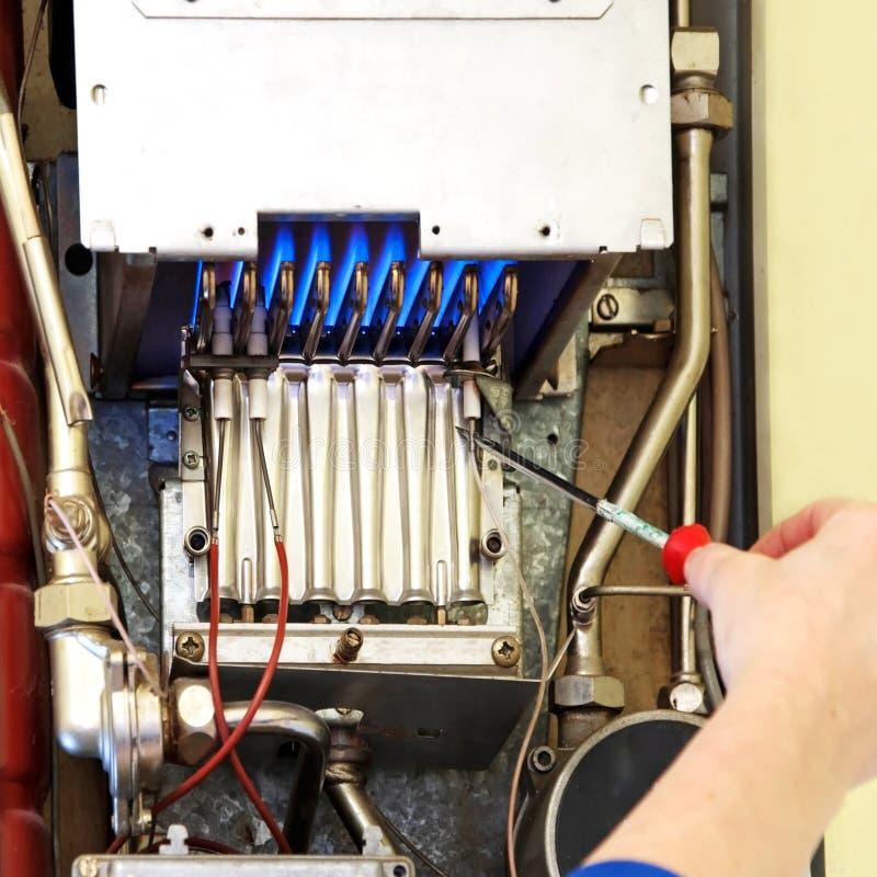 Mains d'un plombier images stock