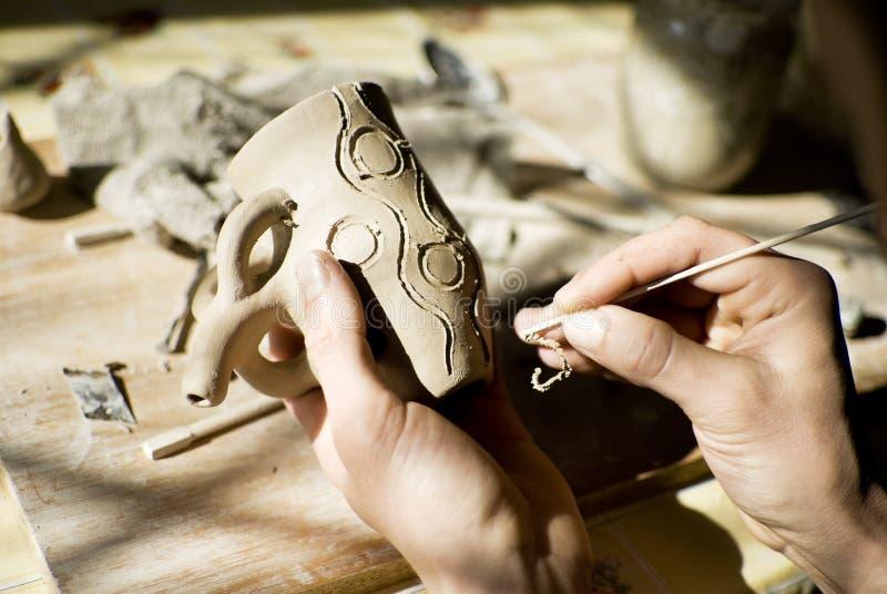Mains d'un potier rendant en céramique photographie stock
