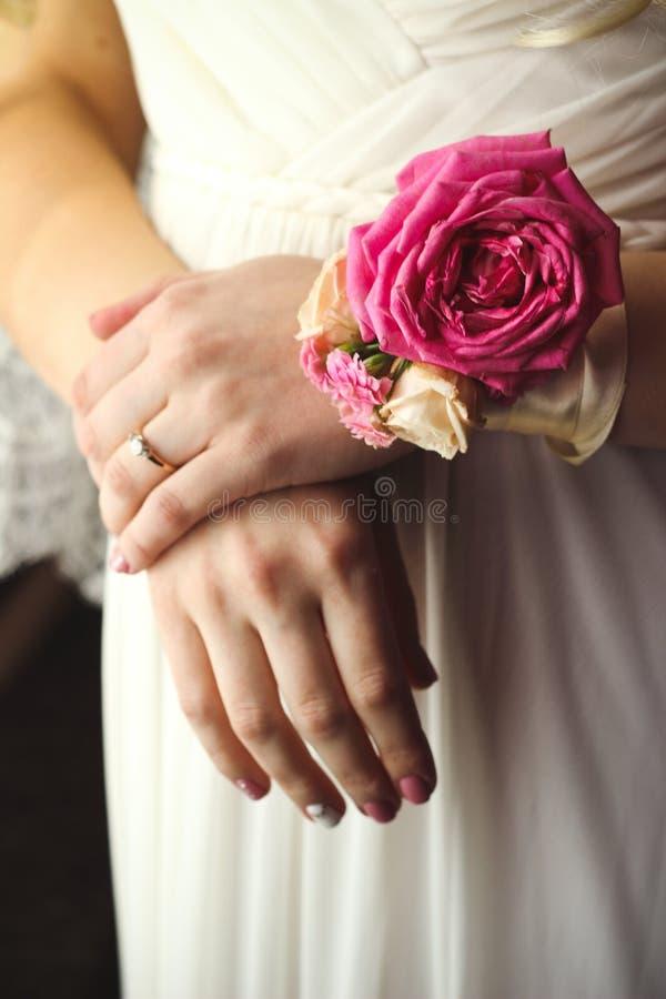 Mains d'une jeune mariée images libres de droits