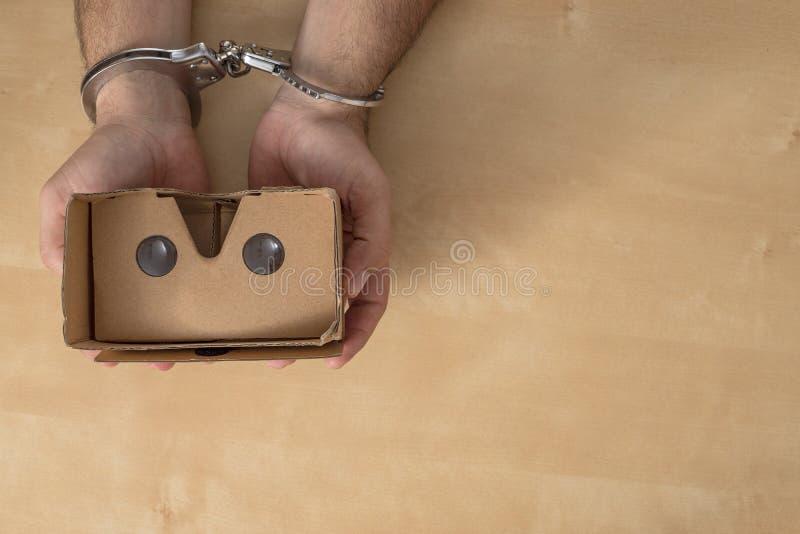 Mains dans des dispositifs d'accrochage saisissant quelques verres de réalité virtuelle images stock
