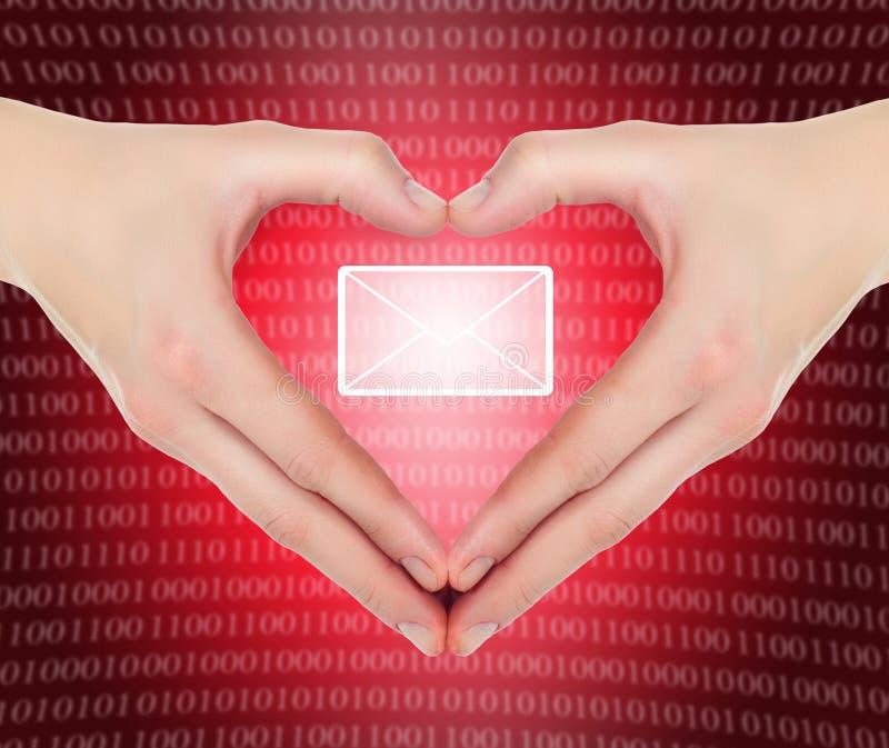 Mains dans la forme d'un email de fixation de coeur photos libres de droits