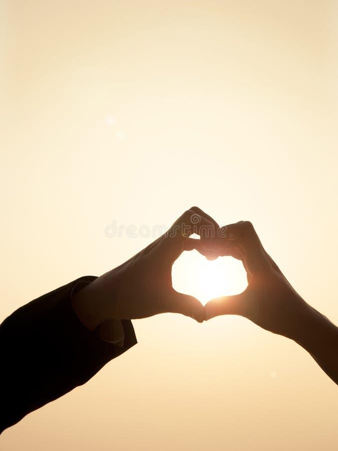 Mains dans la forme de coeur image libre de droits