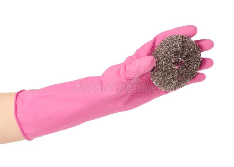 Mains dans les gants en caoutchouc pour la brosse de nettoyage en métal pour le nettoyage photo stock