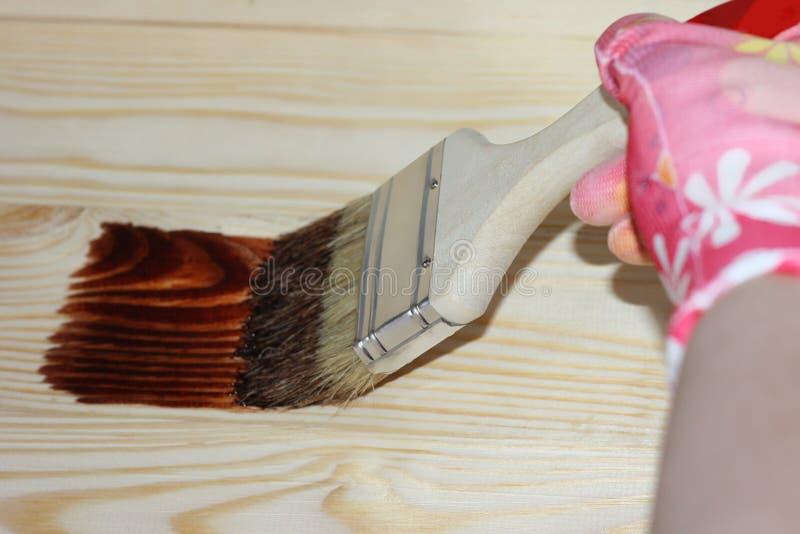 Mains dans les gants tenant une brosse en peinture photos libres de droits
