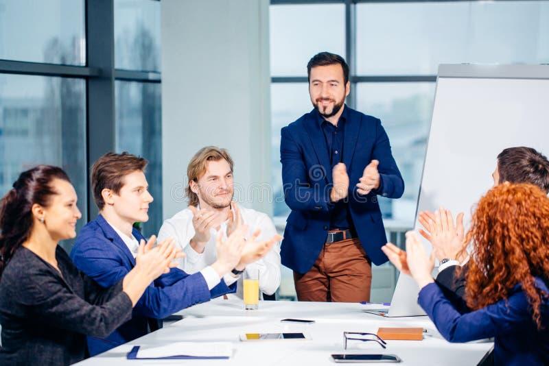 Mains de applaudissement d'équipe de démarrage de consentement à la présentation de groupe sur la réunion photo stock
