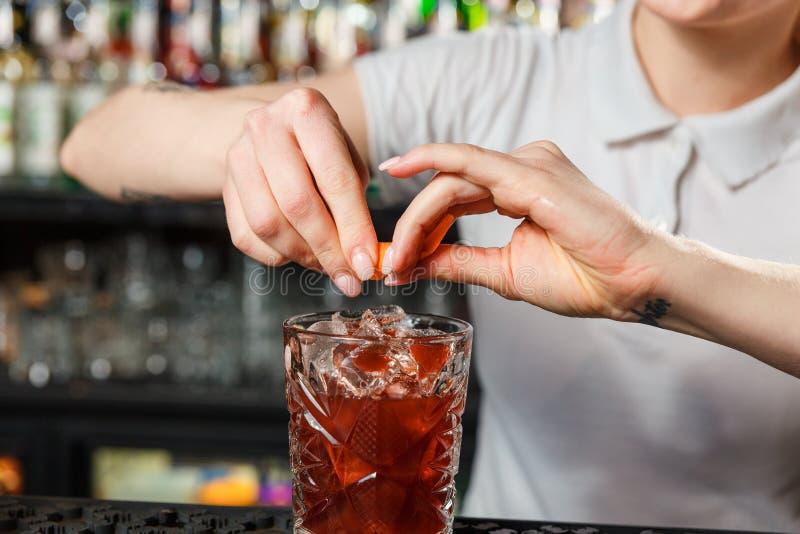 Mains de barmaid de femme photo stock