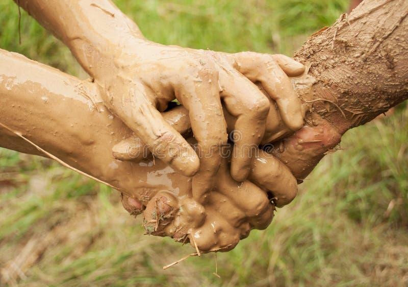 Mains de boue reliées ensemble images libres de droits