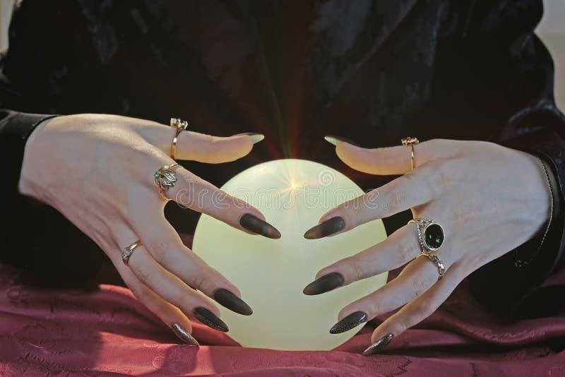 Mains de boule de cristal et de diseur de bonne aventure. Concept de divination. Le seance spirituel. Future lecture  photographie stock