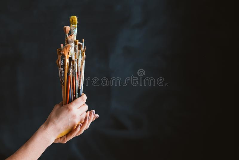 Mains de brosses de mode de vie de travail de trousse d'outils de peintre images stock