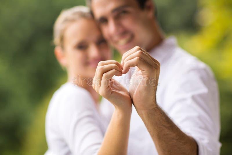 Mains de coeur de couples image stock