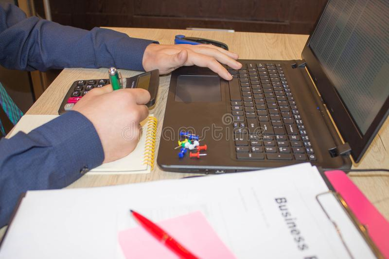 Mains de comptable avec la calculatrice et le stylo Fond de comptabilité Homme d'affaires utilisant une calculatrice pour calcule photographie stock