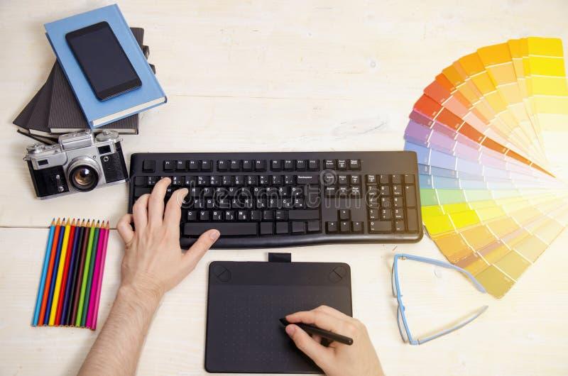 Mains de concepteurs de vue supérieure sur la table image libre de droits