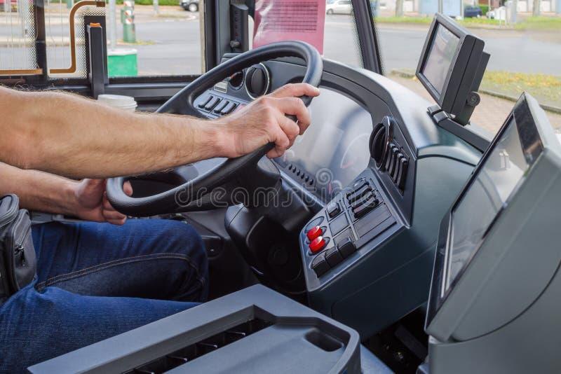 Mains de conducteur dans un autobus moderne par l'entraînement, l'Europe image stock