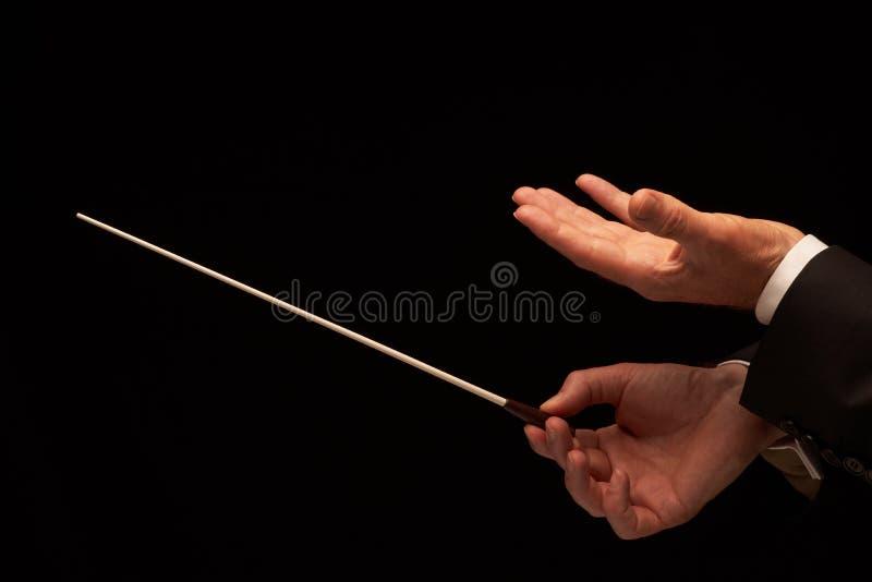 Mains de conducteur de concert avec le bâton photos stock