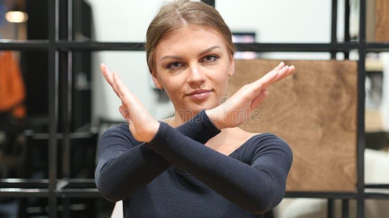 Mains de croisement pour le rejet, geste sans par fille photos stock